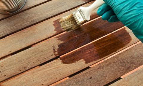 Vernici ad acqua la nuova veste dei serramenti in legno for Infissi esterni in legno
